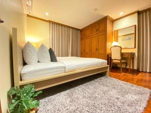 A bed or beds in a room at NT Place Sukhumvit Suites