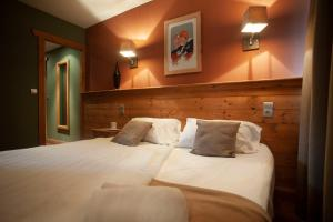 A bed or beds in a room at Hotel Le Monal