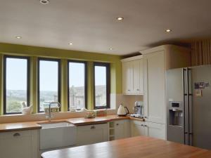 A kitchen or kitchenette at Rose Cottage - UK11824