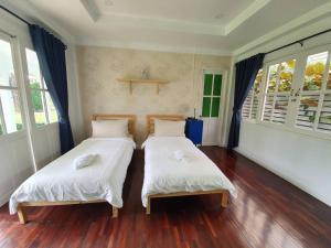 A bed or beds in a room at Baan Kung Kang De Pai