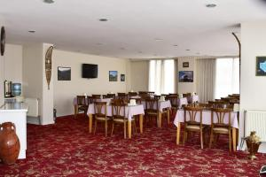 A restaurant or other place to eat at OTEL AMİLLER