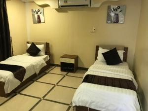 سرير أو أسرّة في غرفة في شاليهات المرجان للعائلات فقط