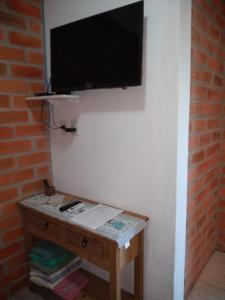 Uma TV ou centro de entretenimento em Canto da Praia