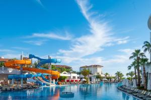 Het zwembad bij of vlak bij Alba Queen Hotel