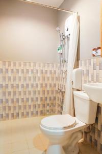 Un baño de OYO 484 Gonzala Suites