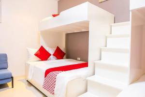 Cama o camas de una habitación en OYO 484 Gonzala Suites