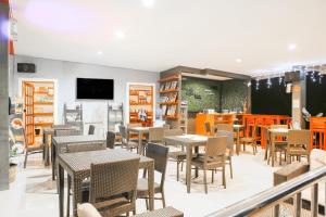 Un restaurante o sitio para comer en OYO 484 Gonzala Suites