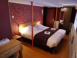 A bed or beds in a room at De Logeerboot Dordrecht