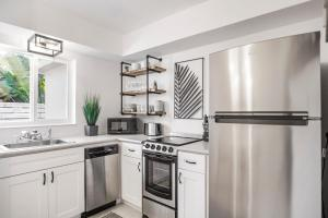 A kitchen or kitchenette at Alani Bay Luxury Condos
