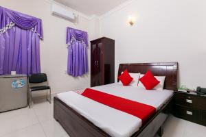 A bed or beds in a room at OYO 486 Nhat Nhat Hotel