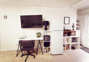 A television and/or entertainment centre at Lush & Co Auckland Bed & Breakfast