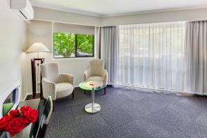 A seating area at Central Deborah Motel