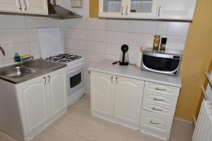 A kitchen or kitchenette at Pae 52 Апартаменты