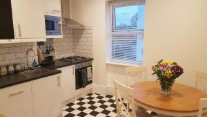 A kitchen or kitchenette at The Gateway Hotel