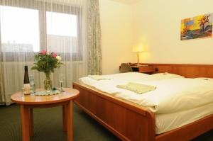 A bed or beds in a room at Hotel Rheingauer Tor