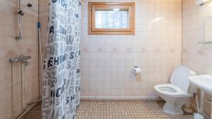 Een badkamer bij Ukonjärven Holiday Village
