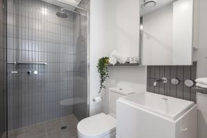 A bathroom at Chic 2-Bedroom Apartment High Above The City