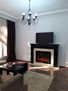 Uma TV ou centro de entretenimento em Delux Villa in Baku