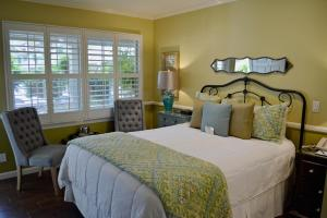 A bed or beds in a room at Apple Farm Inn