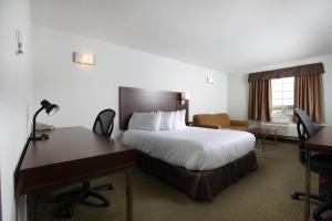 Кровать или кровати в номере Service Plus Inns and Suites
