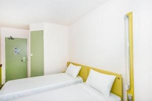 A bed or beds in a room at ibis Budget - Dandenong