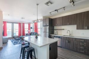 A kitchen or kitchenette at WanderJaunt - Ambrose - 1BR - Tempe