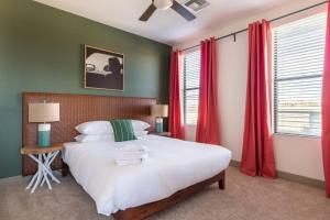 A bed or beds in a room at WanderJaunt - Ambrose - 1BR - Tempe