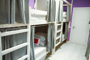 Двухъярусная кровать или двухъярусные кровати в номере Хостелы Рус- Фрунзенская