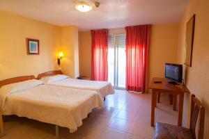 Cama o camas de una habitación en Hotel Carmen Almuñécar by Bossh Hotels