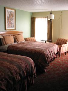 A bed or beds in a room at Gateway Lodge
