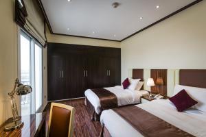 سرير أو أسرّة في غرفة في The View Al Barsha Hotel Apartments