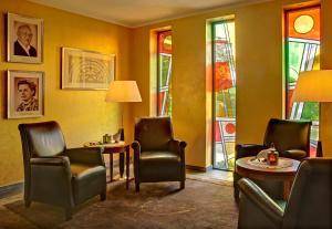Ein Sitzbereich in der Unterkunft Hotel Schmitt GARNI