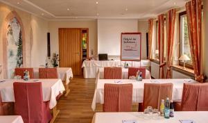 Ein Restaurant oder anderes Speiselokal in der Unterkunft Hotel Schmitt GARNI