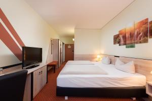 A bed or beds in a room at NOVINA HOTEL Südwestpark