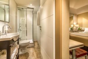 A bathroom at Up Recoleta Hotel