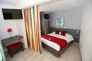 A bed or beds in a room at Hotel La Maison Creole