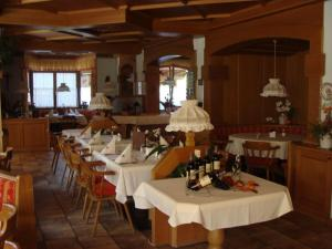 Ein Restaurant oder anderes Speiselokal in der Unterkunft Sporthotel Schieferle
