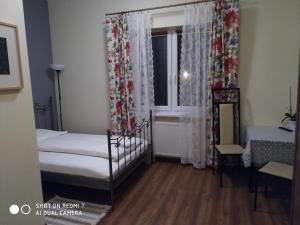 Łóżko lub łóżka w pokoju w obiekcie Swojski Klimat