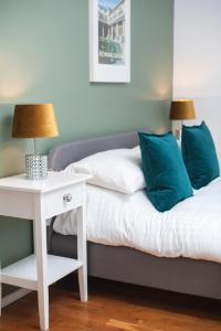 A bed or beds in a room at MyCityHaven - Cleveland Place boutique apartment