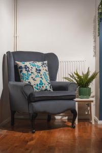 A seating area at MyCityHaven - Cleveland Place boutique apartment