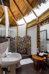 A bathroom at Yemaya Boutique Hotel en Canoas