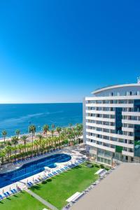 Uitzicht op het zwembad bij Porto Bello Hotel Resort & Spa of in de buurt