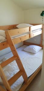 Våningssäng eller våningssängar i ett rum på Kolleviks Camping