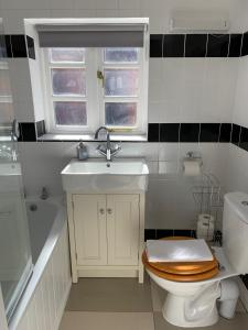 A bathroom at Ashbrook Lewis - two bedroom, two bathroom cottage nr Harwell Oxford