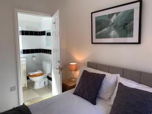A bed or beds in a room at Ashbrook Lewis - two bedroom, two bathroom cottage nr Harwell Oxford
