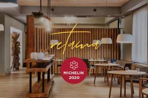 Un restaurante o sitio para comer en Hotel La Caminera Club de Campo