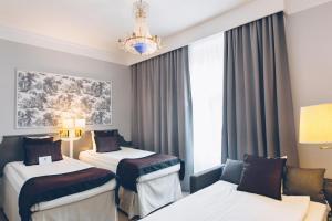 Säng eller sängar i ett rum på Crystal Plaza Hotel