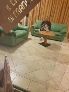 A seating area at Hotel Il Cammino Di Francesco