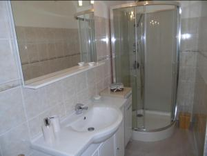 A bathroom at Domaine du Breuil