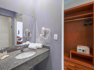 Um banheiro em Vinhedo Plaza Hotel